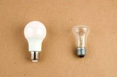 Varias bombillas ahorros de energía del LED sobre el incandescente viejo, el uso de la luz económica y respetuosa del medio ambie fotos de archivo libres de regalías