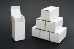 Varias cajas blancas con una abierta y el ther otra se cerraron Imágenes de archivo libres de regalías