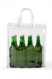 Varias cervezas frías en la bolsa de plástico Imagen de archivo