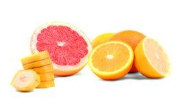 Varias clases de fruta cítrica entera y cortada, en un fondo blanco Mezcla de la fruta Colorido clasificado de agrios Vitamina C Imagen de archivo