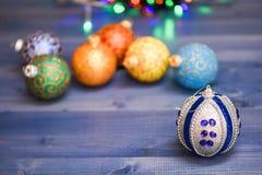 Varias decoraciones de la Navidad Adorne el árbol de navidad con los juguetes tradicionales Decoración de las bolas de la Navidad foto de archivo