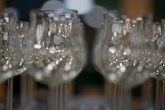 Varias filas de muchos vidrios de consumición vacíos, copas de vino en el restaurante fotos de archivo libres de regalías