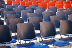 Varias filas de sillas plásticas Fotos de archivo libres de regalías