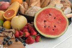 Varias frutas y pan en la tabla en la cocina Foto de archivo