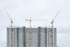 Varias grúas están construyendo un edificio Fotografía de archivo
