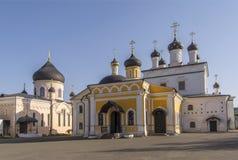 Varias iglesias antiguas con las bóvedas hermosas El monasterio ortodoxo de la ascensión de David abandona Rusia imagen de archivo libre de regalías