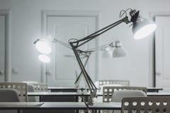 Varias lámparas de escritorio blancas, oficina, lámparas de escritorio de oficina imágenes de archivo libres de regalías