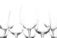 Varias mismas copas de vino vacías en el fondo blanco Foto de archivo libre de regalías
