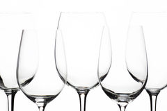 Varias mismas copas de vino vacías en el fondo blanco Imagen de archivo