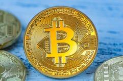 Varias monedas, simbolizando moneda crypto del ` s de Bitcoin, mienten en un fondo ligero Fotos de archivo libres de regalías