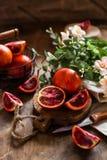 Varias naranjas de sangre con las hojas fotos de archivo