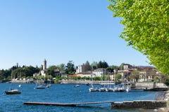 Varias naves en los lagos del norte italy del ?rea de la bah?a fotos de archivo