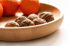 Varias nueces enteras en cuenco de madera Foto de archivo libre de regalías
