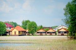 Varias nuevas casas de campo de madera hermosas idénticas fotografía de archivo libre de regalías