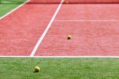 Varias pelotas de tenis en el campo de tenis Imagen de archivo