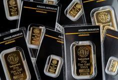 Varias pequeñas barras acuñadas de diverso peso producidas por la fábrica suiza Argor-Heraeus imagenes de archivo