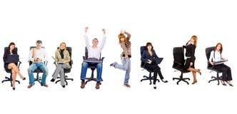 Varias personas en sillas de la oficina Imagen de archivo