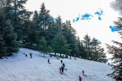 Varias personas están esquiando cuesta abajo Foto de archivo