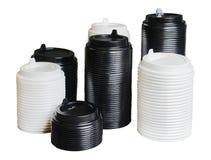 Varias pilas de cubiertas para las tazas disponibles de diversos tama?os Blanco y negro Fondo aislado blanco fotos de archivo libres de regalías