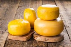 Varias ruedas enteras de diverso queso imágenes de archivo libres de regalías