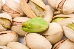 Varias tuercas de pistacho descubiertas y en cierre del shell para arriba Fotografía de archivo