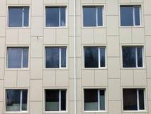 Varias ventanas en la pared libre illustration
