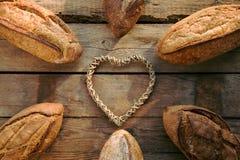 Variatie van brood op houten lijst royalty-vrije stock foto's