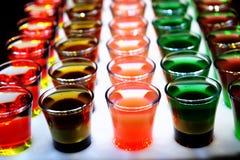 Variatie van harde alcoholische die schoten op barteller worden gediend royalty-vrije stock afbeeldingen