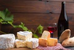 Variatie van kaas en wijn en brood Stock Foto