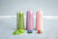 Variaties van Verse en Koude Smoothies in Flessen Stock Foto