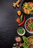 Variation asiatique de nourriture par rapport à beaucoup de genres de repas images stock