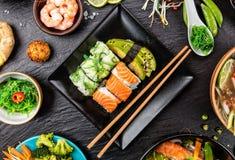 Variation asiatique de sushi par rapport à beaucoup de genres de repas photo stock