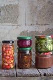 Variation av bevarad mat i exponeringsglaskrus - knipor, driftstopp, marmelad, såser, ketchup Bevara grönsaker och frukter Jäst f royaltyfria bilder