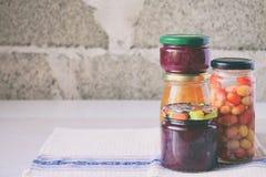 Variation av bevarad mat i exponeringsglaskrus - knipor, driftstopp, marmelad, såser, ketchup Bevara grönsaker och frukter Jäst f fotografering för bildbyråer