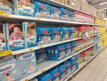 Variation av bl?jor som visas p? kuggen som ?r till salu i stora supermarket royaltyfri bild