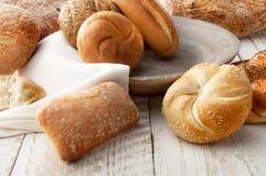Variation av bröd på trätabellen Arkivfoto
