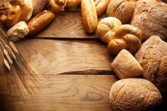 Variation av bröd på trätabellen Royaltyfri Fotografi