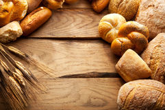Variation av bröd på trätabellen Royaltyfri Bild