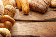 Variation av bröd på trätabellen Fotografering för Bildbyråer