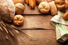 Variation av bröd på trätabellen Arkivfoton