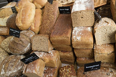 Variation av bröd som är till salu på marknaden Royaltyfria Foton
