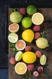 Variation av citrusfrukter med tigercitronen Arkivbild