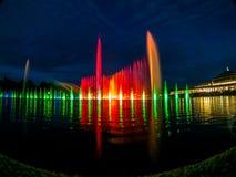 Variation av färger av den sjungande springbrunnen i Wroclaw arkivfoto