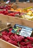 Variation av färgglade söta peppar på försäljning på marknaden för Eataly upp-skala mat i Turin, Italien fotografering för bildbyråer