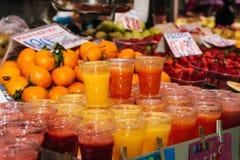 Variation av färgrika frukt- drinkar på is på marknaden Royaltyfri Bild