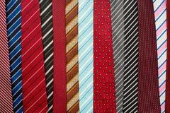 Variation av färgrika slipsar Arkivfoto