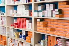 Variation av farmaceutiska produkter och medicin i hyllor Royaltyfri Foto
