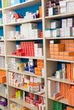 Variation av farmaceutiska produkter och medicin i hyllor Royaltyfri Fotografi