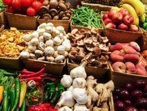 Variation av grönsaker och frukter på marknaden Royaltyfri Foto