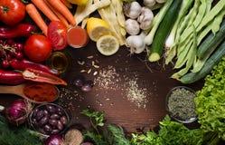 Variation av grönsaker och kryddor på tabellen Royaltyfri Bild
